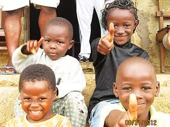 Niños de Instructores en Makak, Camerún